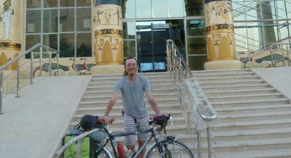 Japanner-voor-house-of-life-abydos-op-de-fiets